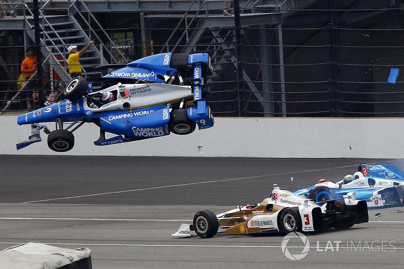 Скотт Діксон, Chip Ganassi Racing Honda, Джей Ховард, Schmidt Peterson Motorsports Honda потрапляють у велику аварію, Еліо Кастроневес, Team Penske Chevrolet уникає зіткнення