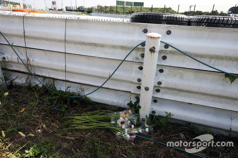 Blumen für Jules Bianchi am Rand der Strecke