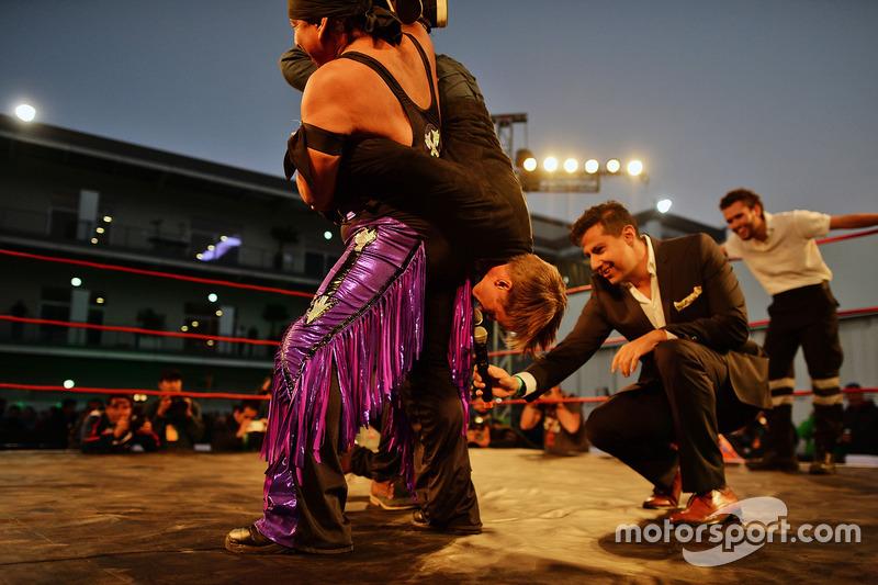 Adrian Fernández, toma parte en la Lucha Libre en el paddock