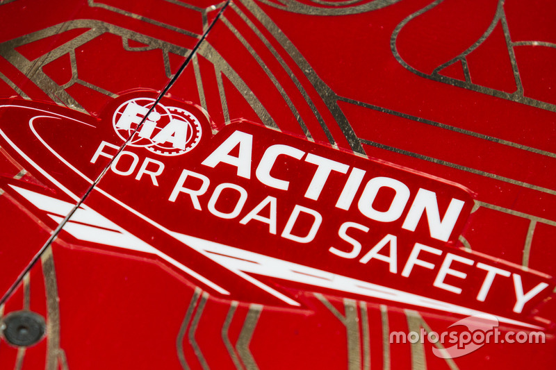 Наліпка акції FIA щодо безпеки на дорогах на #12 Rebellion Racing Rebellion R-One AER