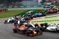 Даніель Ріккардо, Red Bull Racing RB12 та Льюіс Хемілтон, Mercedes AMG F1 W07 Hybrid на старті гонки