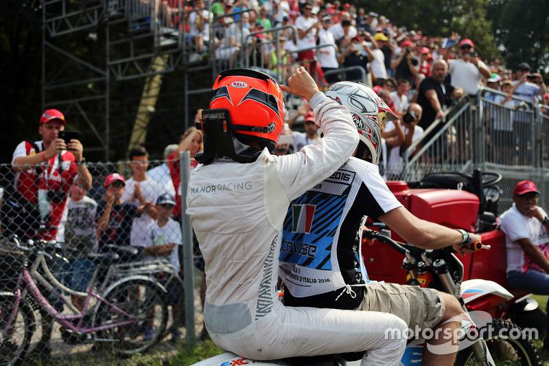 Esteban Ocon, Manor Racing torna ai box in moto dopo essersi fermato nella seconda sessione di prove