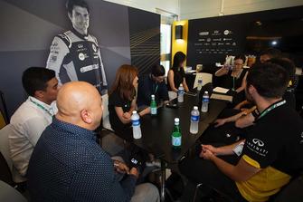 Un participant du programme Infiniti Engineering Academy dans le motorhome Renault Sport F1 Team