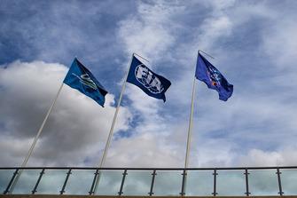 Les drapeaux du WEC, de la FIA et de l'ACO