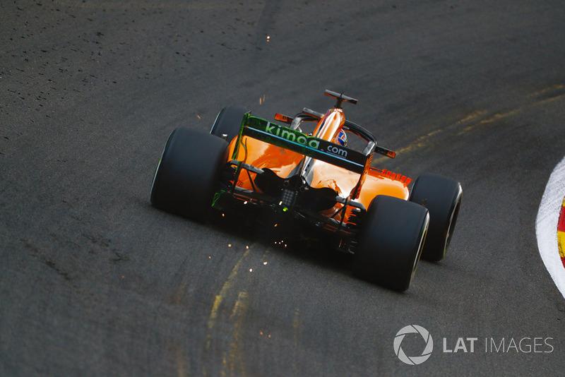 Lando Norris, McLaren MCL33, provoca chispas