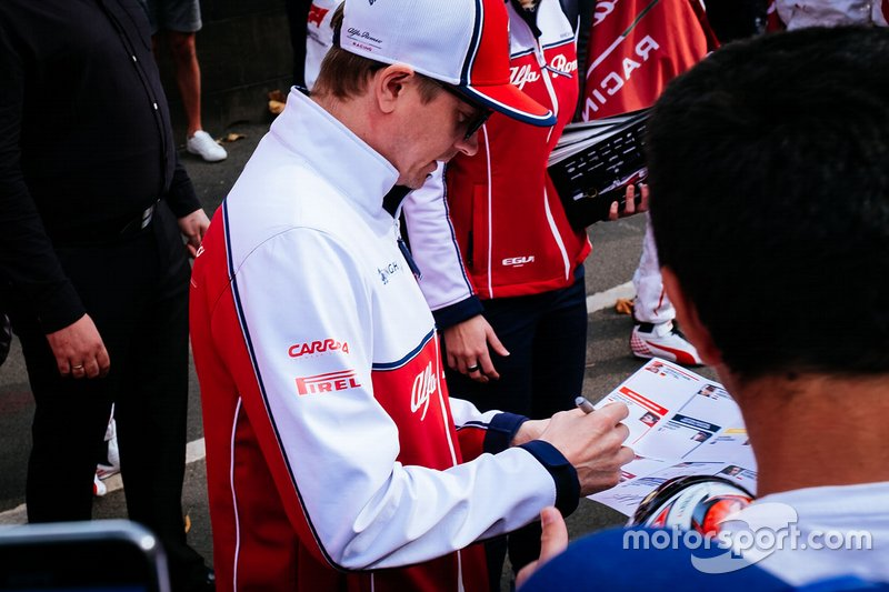 Kimi Raikkonen, Alfa Romeo Racing signs autographs for the fans