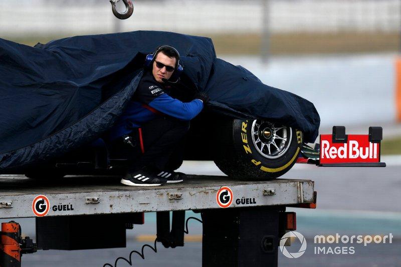 El coche de Alex Albon, Scuderia Toro Rosso STR14, recuperado por la grúa tras su fallo