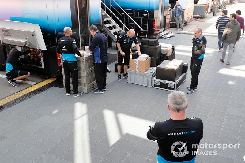Williams Racing mekanikerleri ve kargosu
