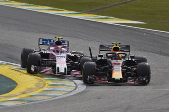 Max Verstappen, Red Bull Racing RB14, en Esteban Ocon, Racing Point Force India VJM11, maken contact
