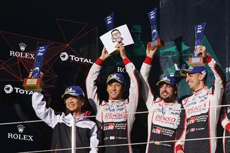 Podium LMP1: winnaars Mike Conway, Kamui Kobayashi, Jose Maria Lopez, Toyota Gazoo Racing met Shigeki Tomoyama, President Gazoo Racing Company
