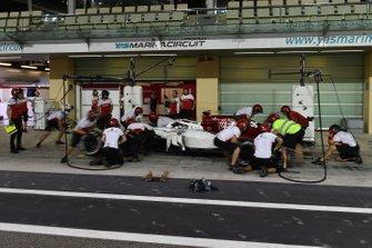 Antonio Giovinazzi, Sauber C37, pit stop
