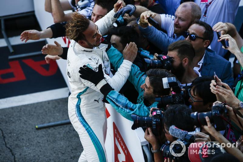 Lewis Hamilton, Mercedes AMG F1, merayakan kemenangannya di GP Jepang