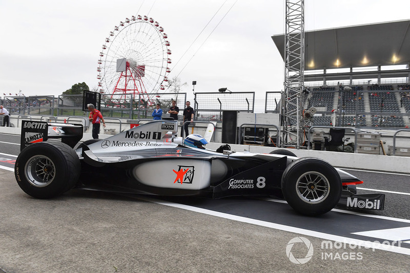 Mika Häkkinen pilote la McLaren MP4/13 à Suzuka