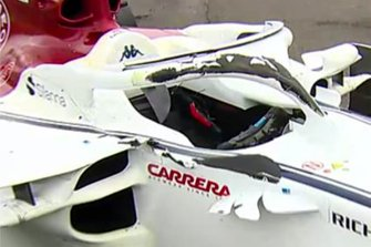 Segni di pneumatici sull'halo e il telaio della monoposto di Charles Leclerc, Sauber