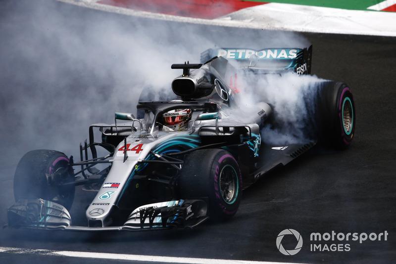 Lewis Hamilton, Mercedes AMG F1 W09 EQ Power+, realiza una dona mientras celebra ganar su quinto Campeonato Mundial