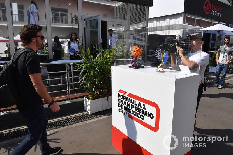 Fernando Alonso, McLaren mira un alebrije