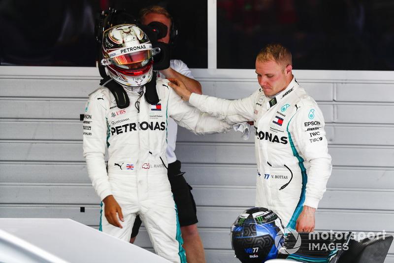 Valtteri Bottas, Mercedes AMG F1, felicita al ganador de la carrera Lewis Hamilton, Mercedes AMG F1