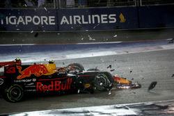 Les voitures de Kimi Raikkonen, Ferrari SF70H et Max Verstappen, Red Bull Racing RB13 s'accidentent