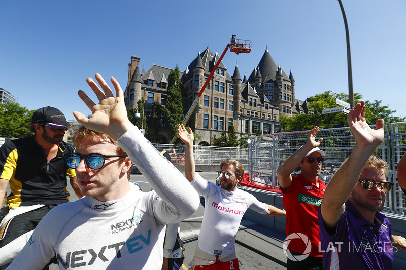 Oliver Turvey, NEXTEV TCR Formula E Team, en el desfile de pilotos