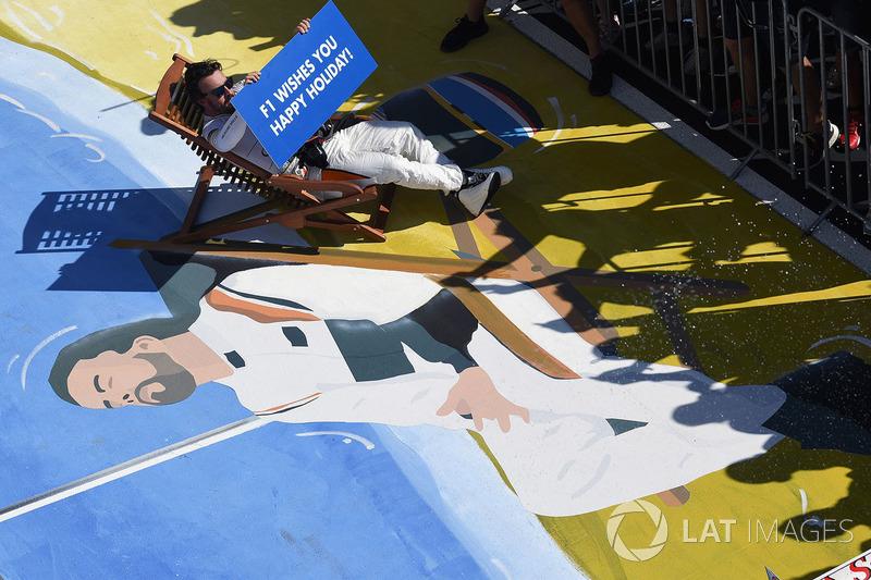 Fernando Alonso, McLaren en una reposera en parc ferme