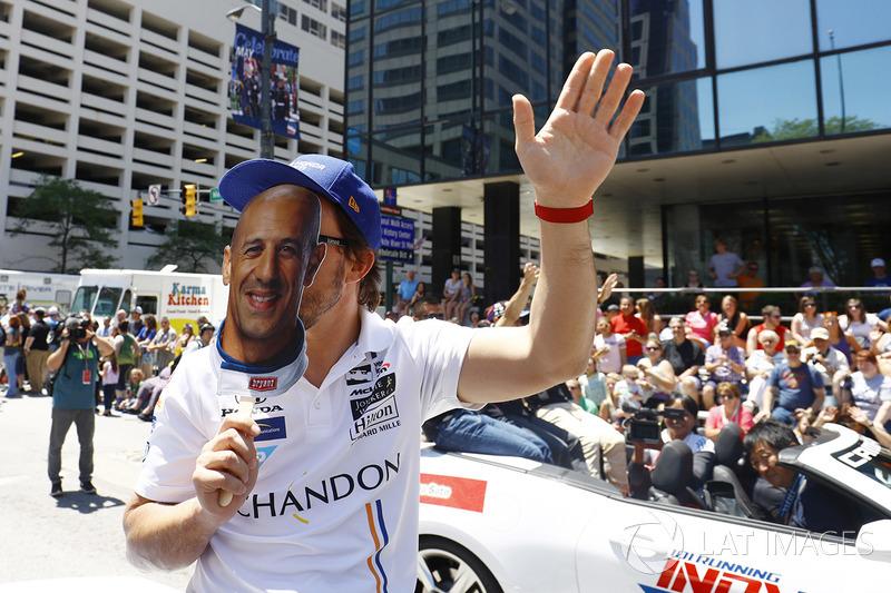 Fernando Alonso, Andretti Autosport Honda. con una careta de Tony Kanaan