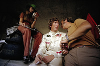 Jochen Rindt en pits con su esposa Nina y el jefe del equipo Lotus Colin Chapman