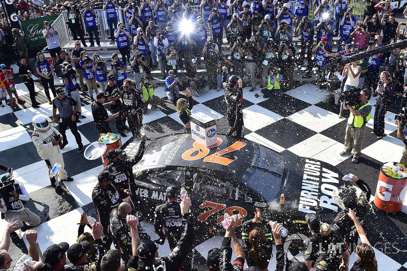 4. El vencedor de la prueba Martin Truex Jr., Furniture Row Racing Toyota