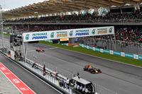 Daniel Ricciardo, Red Bull Racing RB13 leads Sebastian Vettel, Ferrari SF70H