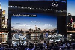 Д-р Дітер Цетше, Голова ради директорів компанії Daimler AG та керівник Mercedes-Benz, з проектом Mercedes-AMG Project ONE та машиною Smart vision EQ fortwo