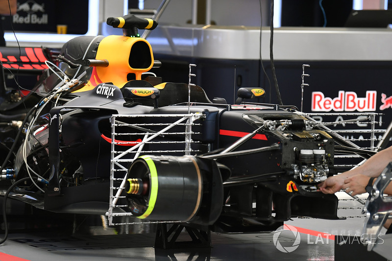 Red Bull Racing RB13 en el box con sensores aerodinámicos