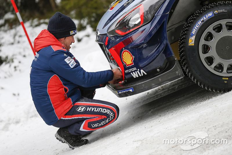 Marc Marti, Hyundai Motorsport, trabajan en el coche