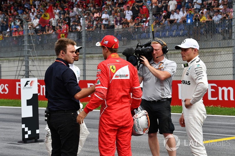 Davide Valsecchi, Sky Italia, pole sitter Valtteri Bottas, Mercedes AMG F1, Sebastian Vettel, Ferrari, Lewis Hamilton, Mercedes AMG F1