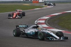 Lewis Hamilton, Mercedes AMG F1 W08, Sebastian Vettel, Ferrari SF70H y Valtteri Bottas, Mercedes AMG F1 W08