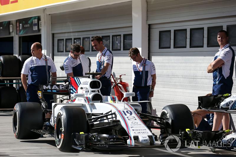 Mecánicos de Williams con el coche de Felipe Massa, Williams FW40
