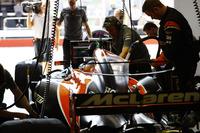 Fernando Alonso, McLaren, se prepara para salir de su garaje