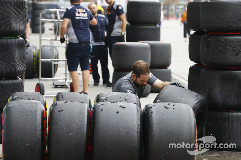 Інженер McLaren із шинами Soft і Supesoft