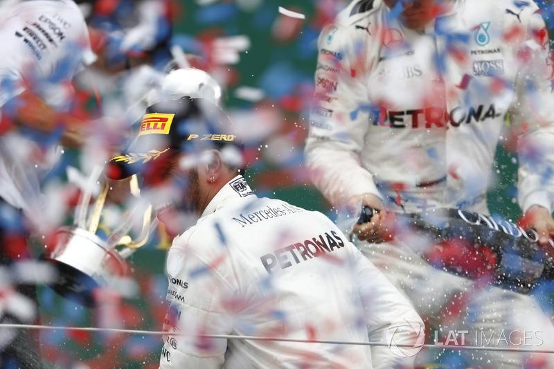 Podio: Ganador de la carrera Lewis Hamilton, Mercedes AMG F1, rocía con Champagne