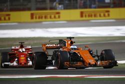 Fernando Alonso, McLaren MCL32 y Sebastian Vettel, Ferrari SF70H
