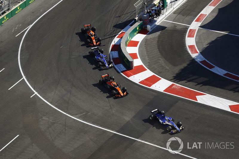 Marcus Ericsson, Sauber C36, Stoffel Vandoorne, McLaren MCL32, Pascal Wehrlein, Sauber C36-Ferrari, Fernando Alonso, McLaren MCL32