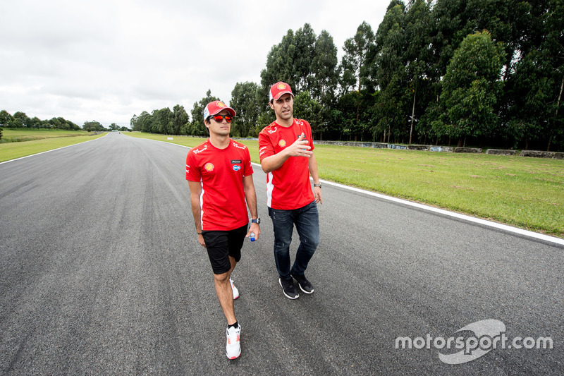 Átila Abreu e Nelsinho Piquet avaliam a pista