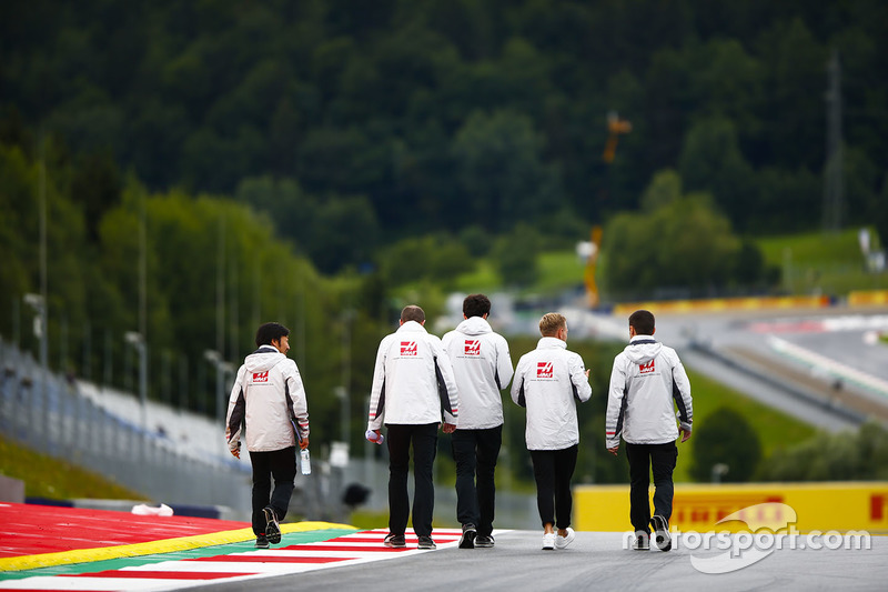 Kevin Magnussen, Haas F1 Team, walks the circuit with colleagues