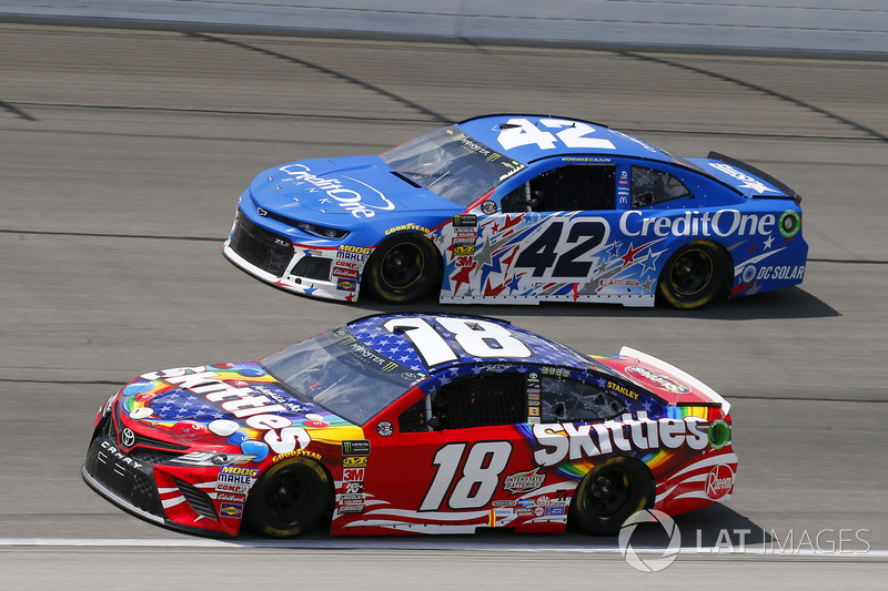 Kyle Busch, Joe Gibbs Racing, Toyota Camry Skittles Red White & Blue e Kyle Larson, Chip Ganassi Racing, Chevrolet Camaro Credit One Bank