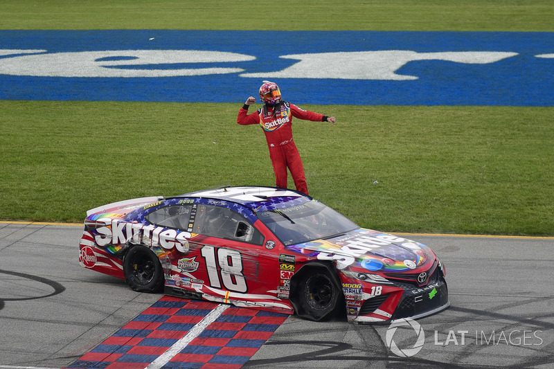 Kyle Busch, Joe Gibbs Racing, Toyota Camry Skittles Red White & Blue, festeggia dopo la vittoria