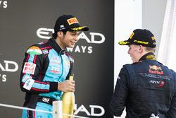 Podium : le troisième Arjun Maini, Jenzer Motorsport et le vainqueur Niko Kari, Arden International