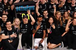 Toto Wolff, Mercedes AMG F1 Director of Motorsport, Valtteri Bottas, Mercedes AMG F1 and wife Emilia Pikkarainen, Lewis Hamilton, Mercedes AMG F1 at the team celebrations