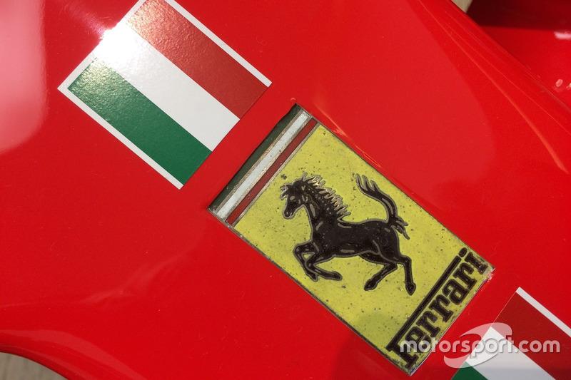 Logo de Ferrari en el SF70H