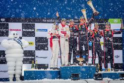Подиум: победители Тьерри Невилль и Николя Жильсуль, Hyundai Motorsport, второе место – Крейг Брин и Скотт Мартин, Citroën World Rally Team, третье место – Андреас Миккельсен и Андерс Егер, Hyundai Motorsport
