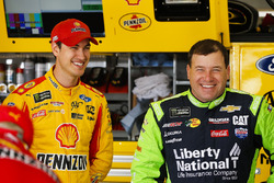 Joey Logano, Team Penske Ford Fusion y Ryan Newman, Richard Childress Racing Chevrolet Camaro
