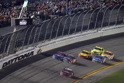 Austin Dillon, Richard Childress Racing Chevrolet Camaro passe sous le drapeau à damier