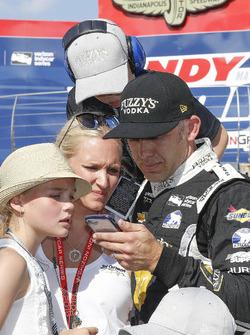 Ed Carpenter, Ed Carpenter Racing Chevrolet regarde le run de Helio Castroneves, Team Penske Chevrolet avec sa famille